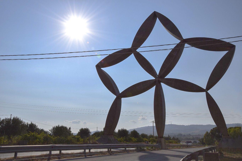 """Stella d'ingresso al Belice. Gibellina E' un'installazione del 1981 in acciaio inox di Pietro Consagra, una grande """"porta di ferro"""" a forma di petali di fiore, alta 24 metri che conduce alla città di Gibellina Nuova."""