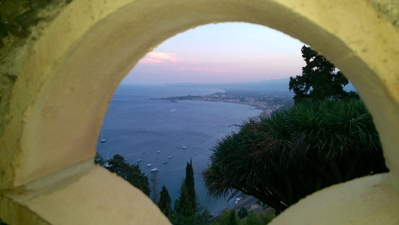 Taormina Amo soffermarmi a guardare il mare. Il mare è senza strade, il mare è senza spiegazioni. Alessandro Baricco