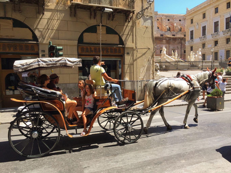 """Raccontando Piazza Pretoria fra nudità e figure mitologiche. Palermo Conosciuta anche come """"Piazza della Vergogna"""" per la nudità delle statue."""