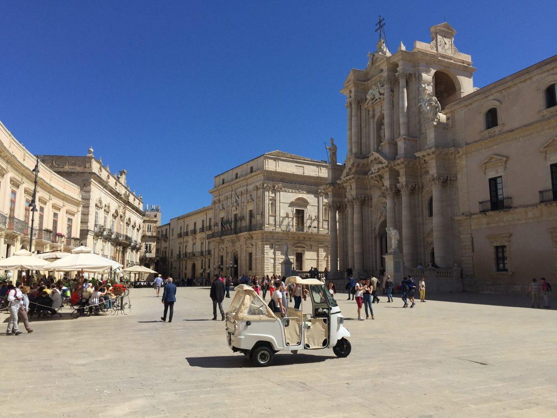 Piazza Duomo. Siracusa Nel pieno centro dell'isola di Ortigia, è considerata un simbolo della ricostruzione barocca.